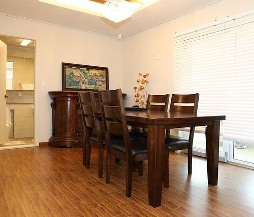 Furniture kayu berdesain simple menghemat pemanfaatan ruang