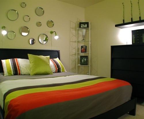Ornamen berupa  cermin kaca di dinding dapat memantulkan cahaya alami di ruangan yang sempit