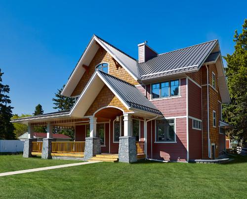 Rumah tingkat minimalis bertema klasik dengan atap pelana runcing