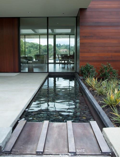 Taman minimalis dalam rumah dengan kolam kecil