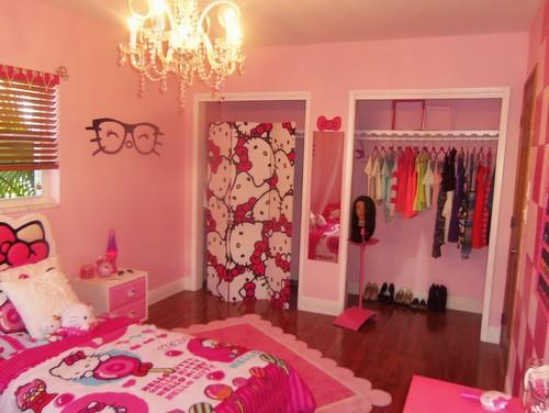 Tempat tidur dan dekorasi kamar anak didominasi Hello Kitty