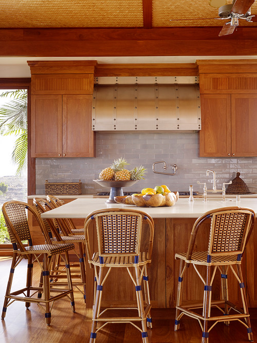 Dapur minimalis bernuansa tropis dengan kursi rotan