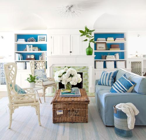 Desain interior ruang tamu mungil bertema pantai