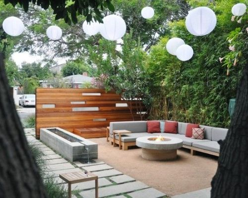 Desain taman belakang dengan area santai terbuka