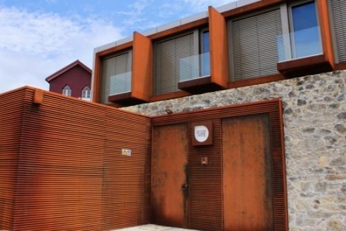 Gambar pagar minimalis dengan kayu horizontal