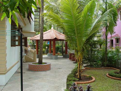 Gazebo sebagai area santai di taman belakang rumah