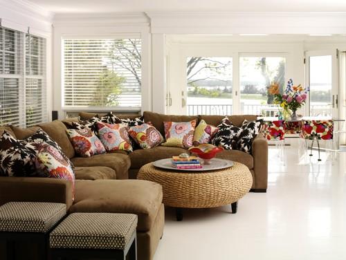 Ruang tamu dengan paduan furniture bernuansa floral