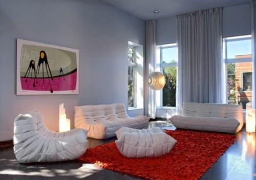 Ruang tamu minimalis bergaya pop art dengan furnitur unik