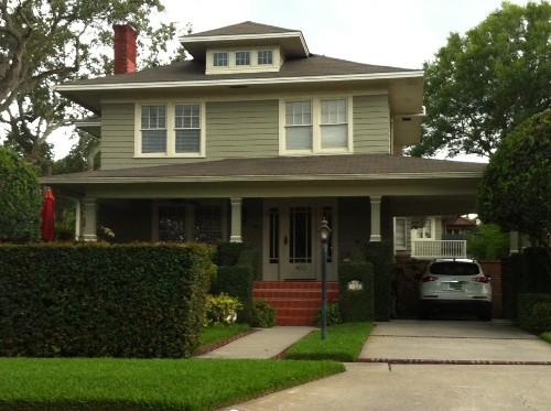 Rumah asri rumah minimalis dengan taman hijau terawat