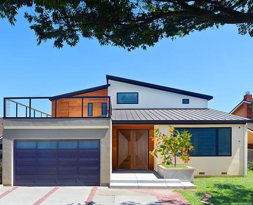 Rumah modern sederhana dengan balkon