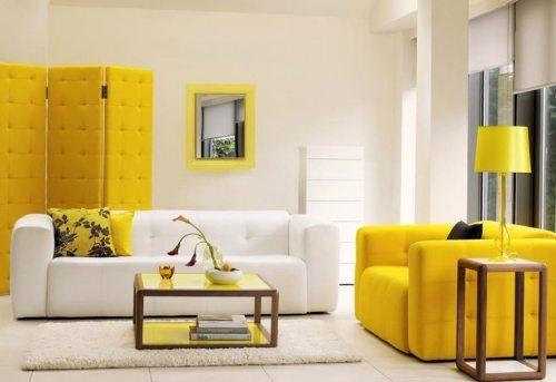 Sentuhan warna kuning menghadirkan kesan segar di ruang tamu