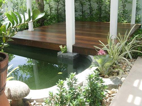 Taman indoor dengan pergola dan kolam