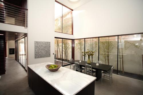 Taman indoor minimalis dengan bambu