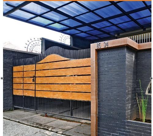 pagar minimalis dengan corak kayu dan batu alam