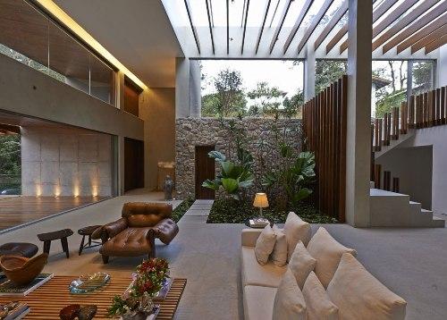 taman minimalis dalam rumah tropis