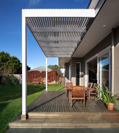 teras minimalis bernuansa country dengan lantai parket