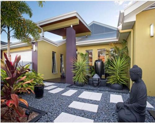 Contoh Desain Taman Depan Rumah dengan sentuhan etnik