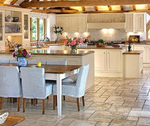 Dapur country-style dengan dominasi bahan kayu
