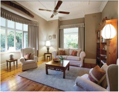 Desain interior ruang tamu di rumah tipe bungalow