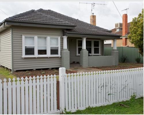 Desain pagar kayu minimalis klasik untuk rumah kayu