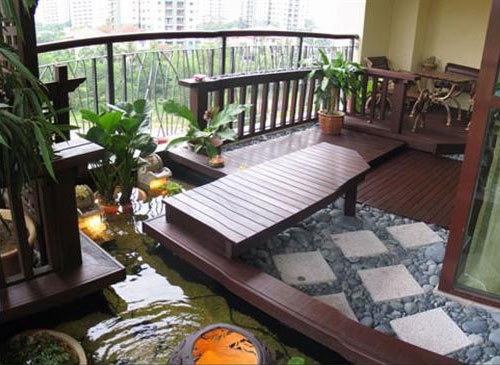 Desain teras dengan furniture kayu, menghadap ke kolam