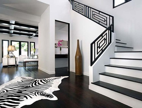 Interior ruang tamu dominan putih dengan aksen hitam