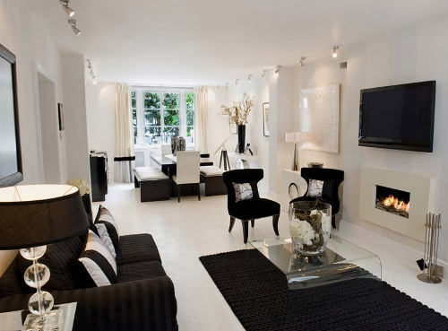 Interior ruang tamu hitam-putih dengan furniture hitam
