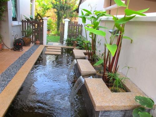 Kolam minimalis menghadap teras belakang rumah