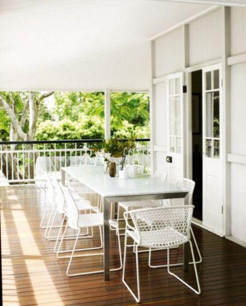 Ruang makan terbuka di teras belakang rumah