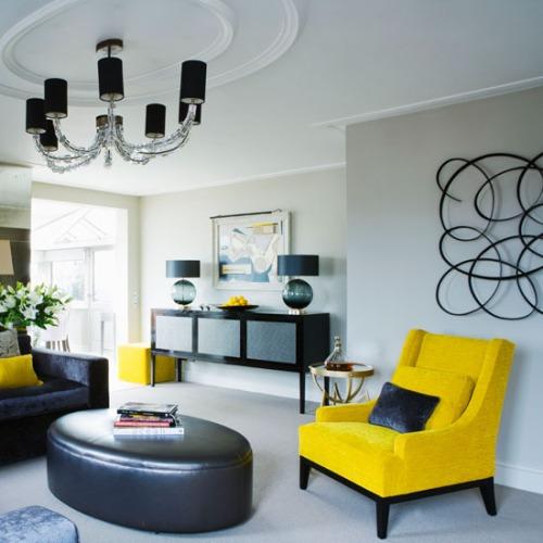 Ruang tamu modern dengan furniture berwarna kontras