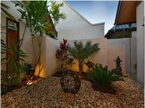 Taman dalam rumah minimalis dengan batu alam
