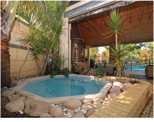 Taman kolam dalam rumah minimalis