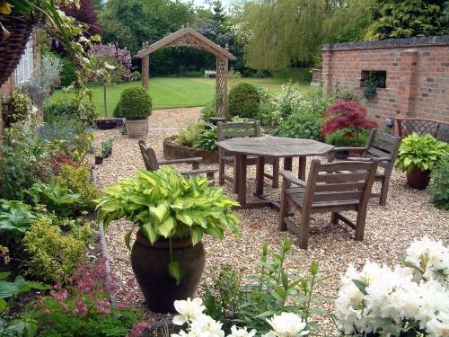 Taman minimalis belakang rumah sebagai area santai