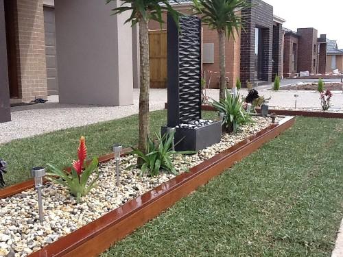 desain taman depan rumah alami dengan kerikil