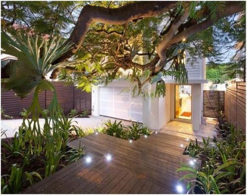 desain taman depan rumah mungil dengan dominasi unsur kayu