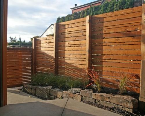pagar rumah minimalis dengan kayu untuk halaman belakang rumah