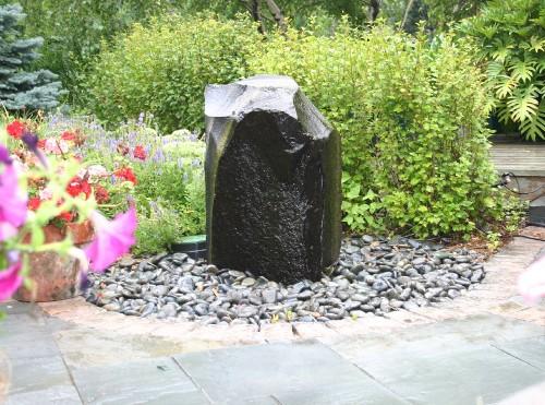 taman depan rumah dengan batu alam sebagai fokus perhatian