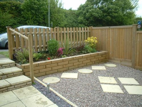taman minimalis depan rumah dengan pagar kayu