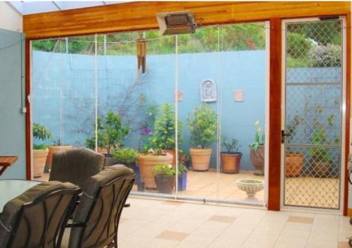 Contoh decking sebagai taman kering di belakang rumah