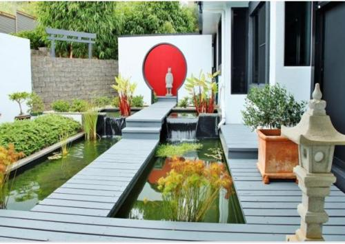 Contoh decking untuk kolam belakang rumah