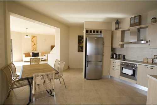 Dapur mungil namun rapi menyatu dengan ruang makan