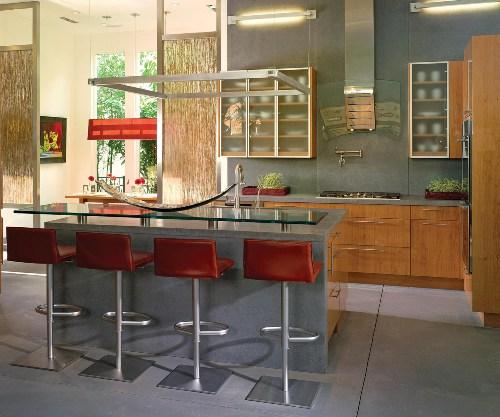 Dapur mungil tampak lapang dengan elemen kaca