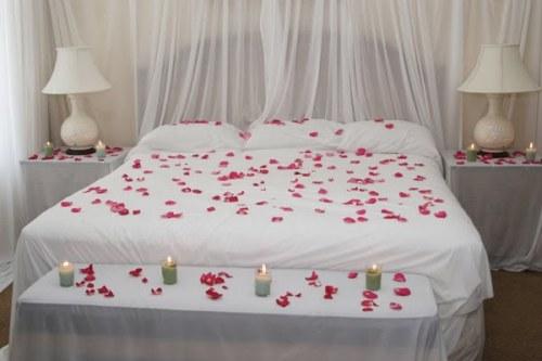 Dekorasi kamar pengantin simple dengan warna putih