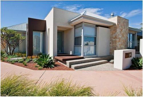 Desain eksterior rumah modern dengan atap datar