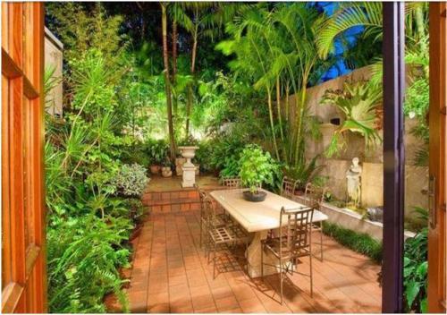 Garden dining di taman belakang