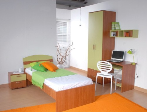 Interior kamar kecil terasa lapang dengan warna pastel