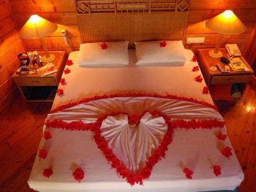 Kamar pengantin romantis dengan dekorasi tempat tidur