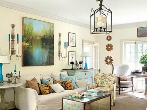 Lukisan bertema alam di ruang keluarga minimalis