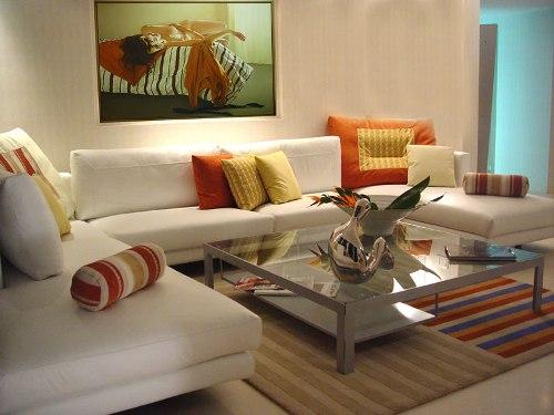 Ruang tamu kecil bernuansa ceria dengan kombinasi warna