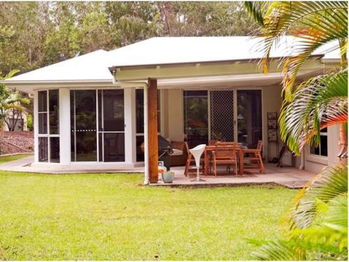 Rumah minimalis 1 lantai dengan garden dining di teras belakang